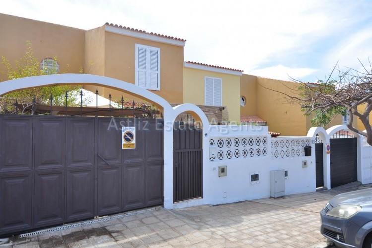 3 Bed  Villa/House for Sale, Piedra Hincada, Guia De Isora, Tenerife - AZ-1328 1
