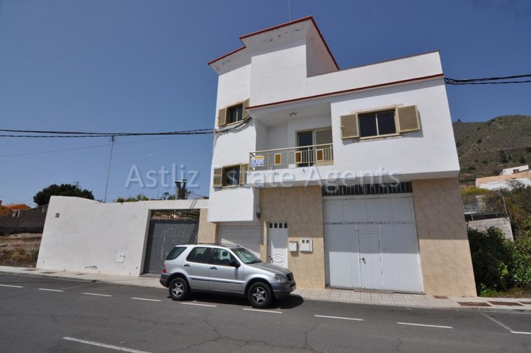 3 Bed  Villa/House for Sale, Guia De Isora, Tenerife - AZ-1036 1