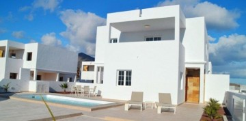 2 Bed  Villa/House for Sale, Playa Blanca, Lanzarote - LA-LA933s